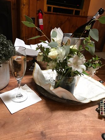 Evergreen, CO : Champagne and flowers on our arrival