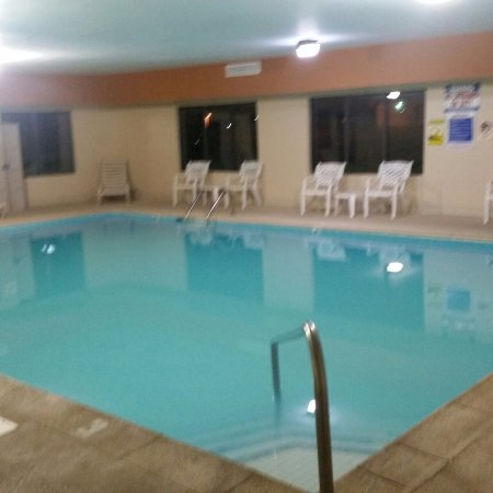 Prestonsburg, KY: Pool is heated and has hot tub