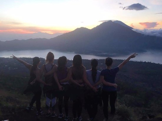 Керобокан, Индонезия: Mai Hoang and friends at Mount Batur sunrise during volcano trekking - October 2016