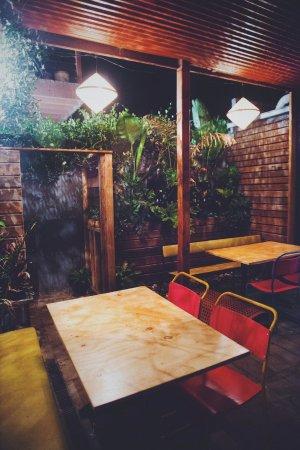 Thornbury, Australia: Courtyard dining.