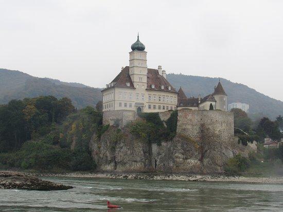 Wachau Valley : Schönbühel Castle sits on the Danube's south bank between Melk and Willendorf.