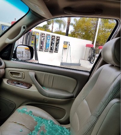 Goleta, Kalifornia: Had to go use the free vacuum at the car wash on Turnpike after my car was broken into.