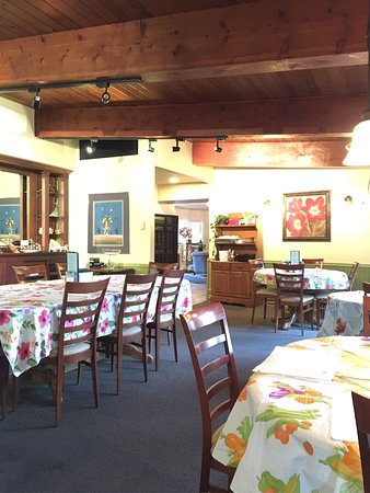 Nehalem, OR: The main dining room. Not very big but cozy and nicely decorated.