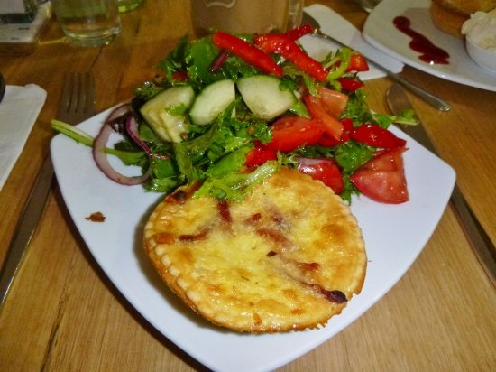 Berrima, Australia: Quiche and salad dish