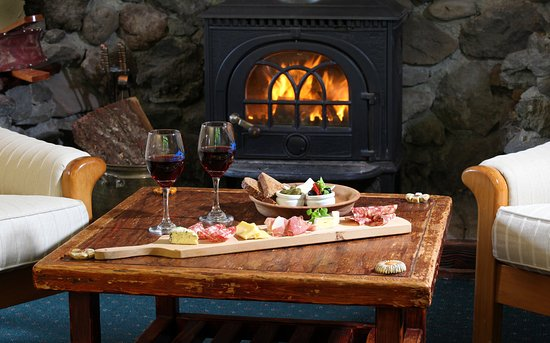 Stratford, Νέα Ζηλανδία: Relax with a glass of wine in front of th fire place