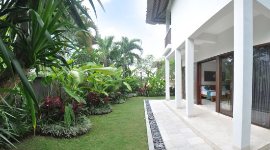 Blue Point Bay Villas & Spa: Building with garden of Deluxe Suite room