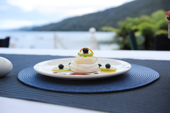 Anakiwa, New Zealand: Yum desert on the dinner terrace