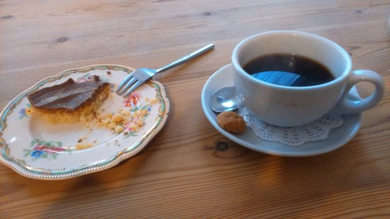 Bourne, UK: Home made caramel cake and a free refill of coffee