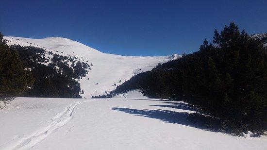 Sant Julia de Loria Parish, Andorra: Paisajes asi de chulos con un dia soleado.Buena escursion con raquetas