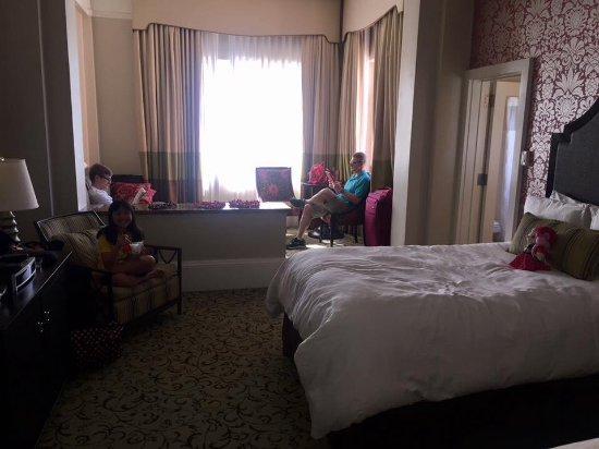 ذا رويال هوايان إيه لوكشري كولكشن رزورت: Junior suite (I couldn't fit the entire room into the photo)