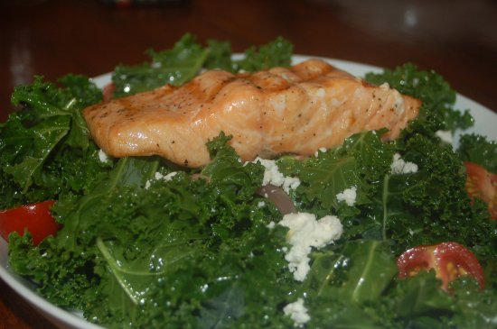 Sunny Isles Beach, FL: insalata di cavolo cruda e filetto di salmone