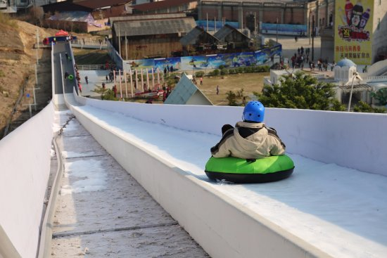Foshan, Κίνα: 刺激的180米室外滑雪道
