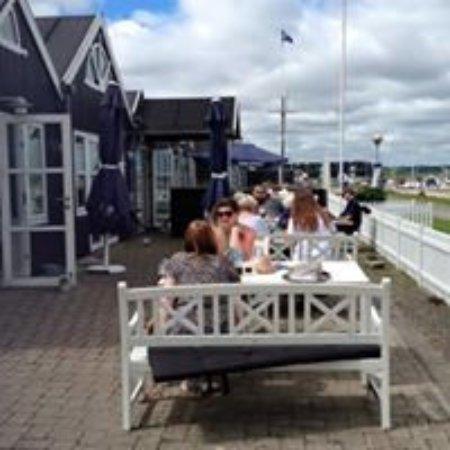 Struer, Dinamarca: Sommerstemning på terrassen.