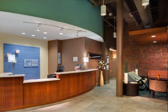 Holiday Inn Express Hotel & Suites Boston Garden: Front Desk
