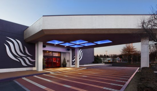 Crowne Plaza Hotel Boston - Natick : Front of Hotel - Welcome to the VERVE