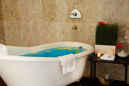 Commerce, Kaliforniya: Relax in style at the Meridian Day Spa in the Crowne Plaza