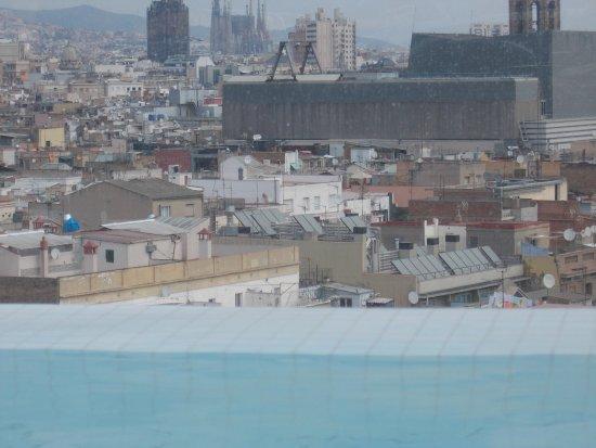 Näkymä Hotel Andanten kattouima-altaalta Sagrada Familina suuntaan.