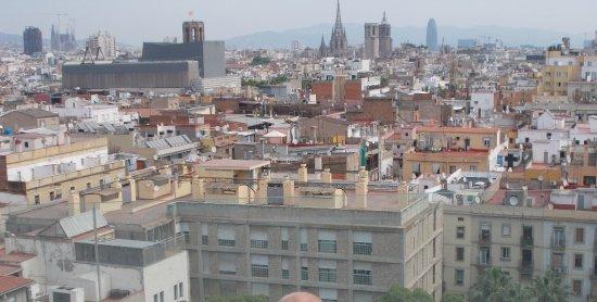 Näkymä Hotel Andanten kattouima-altaalta kaupungin yli.
