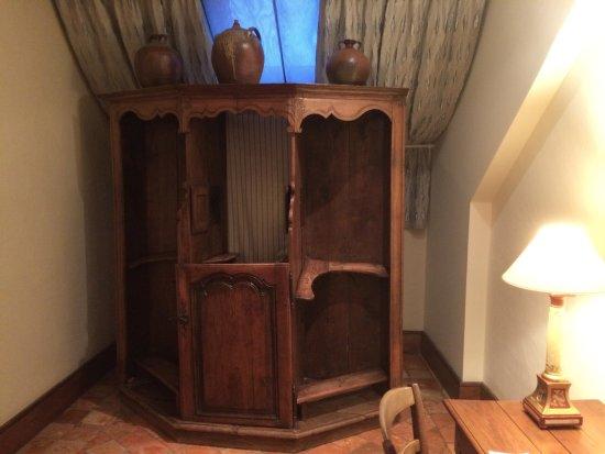 Saulieu, France : magnifique ancien confessionnal