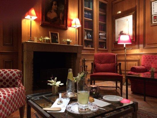 Saulieu, France : Apéritif dans un des petits salons