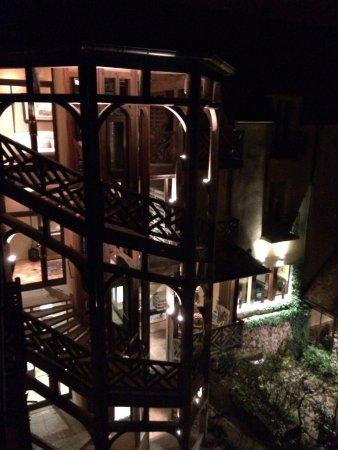 Saulieu, France : Le splendide escalier où se love l'ascenseur