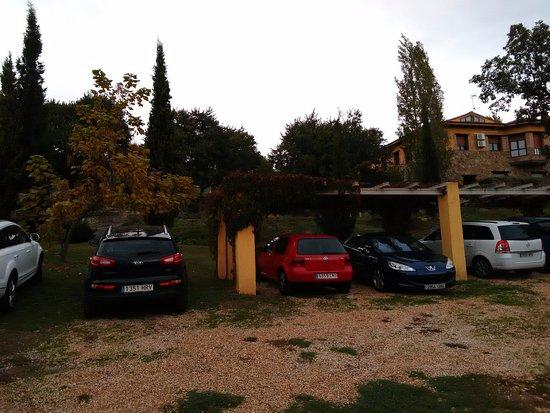 Poyales del Hoyo, Hiszpania: Zona de parking resguardado próximo a la zona deportiva