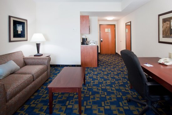 Holiday Inn Express Pembroke Pines-Sheridan St: Wide spaces for easy luggage access. No door separation.