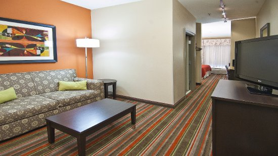 Holiday Inn Opelousas: Living Area In a Suite