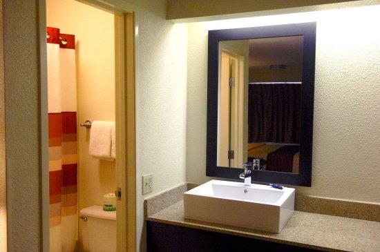 Red Roof Inn & Suites Columbus West Broad: Bathroom