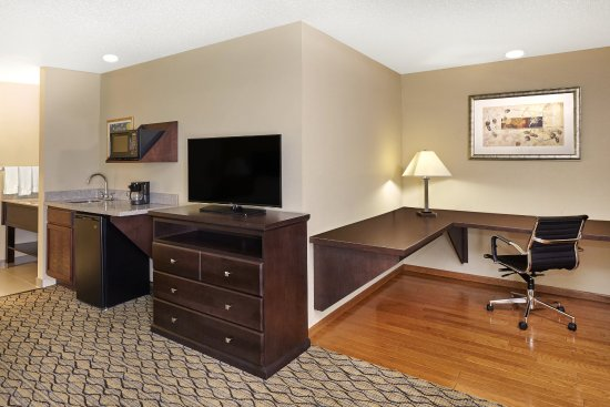 Libertyville, IL: Enjoy more space in a King Business Suite, near Winchester Court