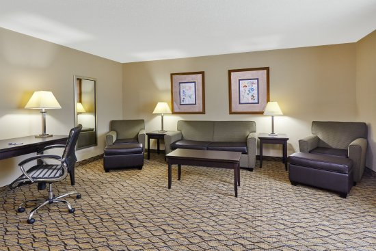Libertyville, IL: Traveling on business? Enjoy more space in a 1 Bedroom King Suite