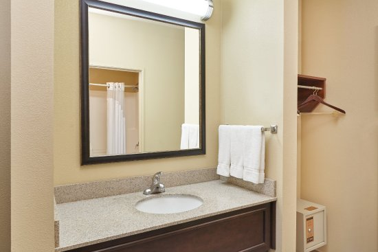 Libertyville, Илинойс: Upgraded granite counter-tops and vanity in Guest Bathrooms