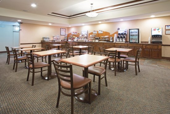 Breakfast area in Holiday Inn Express Hotel in Las Vegas, NM