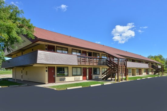 Oak Creek, WI: Inn Exterior