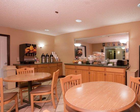 Milton, FL: Breakfast Area