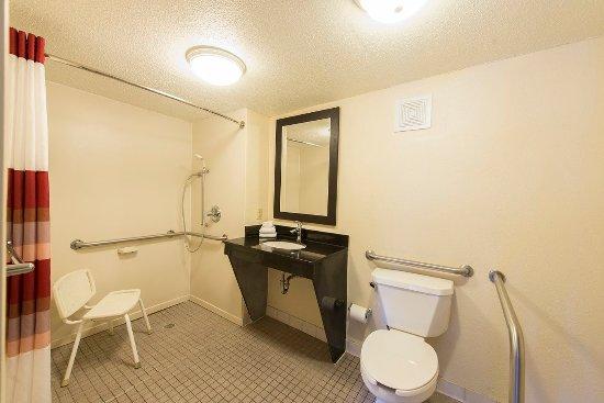 Red Roof Inn Austin North: ADA Accessible Bath