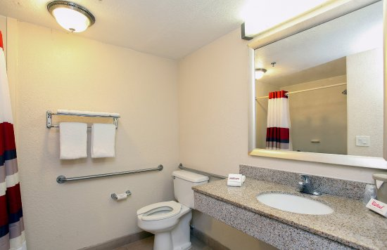 Red Roof Inn Ontario Airport: Guest Bath