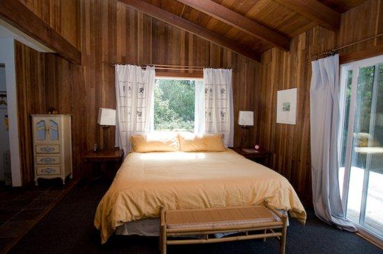 Little River, Californië: King Bed at Pacific Mist