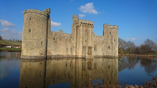 Бодиам, UK: Bodiam Castle from the bank