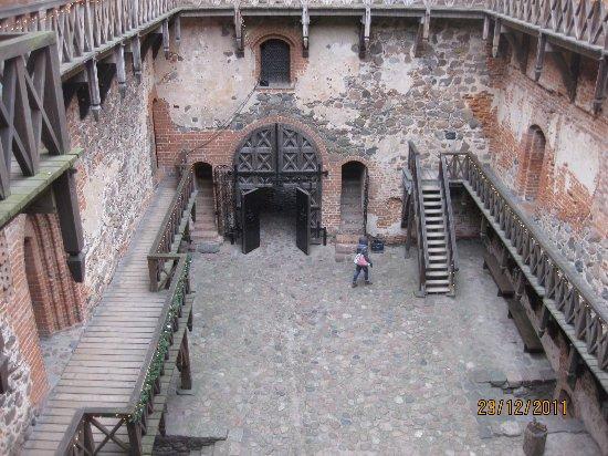 Trakai, ليتوانيا: Trakai linnan sisäpihaa muurilta kuvattuna.