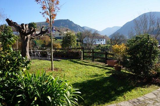 Infiesto, España: Jardín con vistas desde La Casona de Faro de Norte