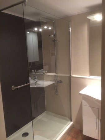 Almen, The Netherlands: Wat gedateerde kamer, maar wel schoon en functioneel. Moderne nieuwe badkamer met fijne regendou