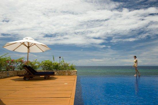Eskaya Beach Resort & Spa: Infinity pool blends perfectly with the sea
