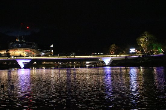 Adelaide Photography Tours: Footbridge over the Torrens at night.
