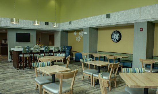 Hampton Inn & Suites Palm Coast: Breakfast Seating Area
