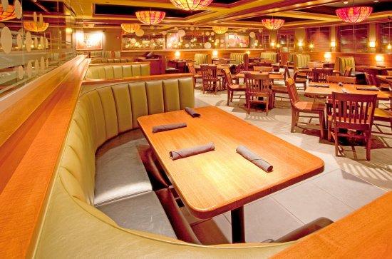 Front Royal, VA: Inviting booth seating at Houlihan's Restaurant + Bar