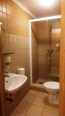 Hotel Tilto: Bath room   Shower