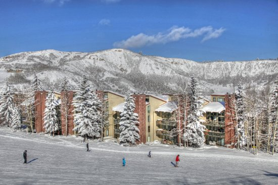 Snowmass Village, CO: Snowmass_TOV_exterior_winter_skiers_slope