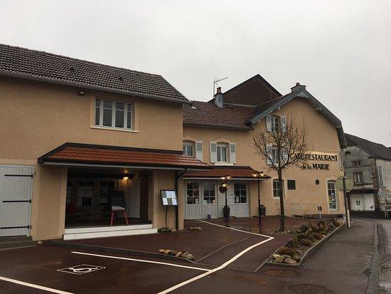 Melisey, France: Vue extérieure du restaurant sous la pluie