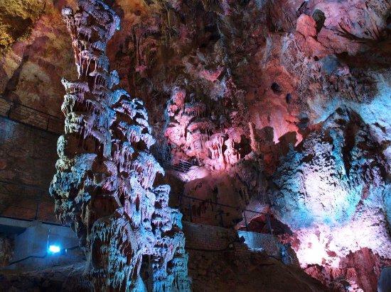 Busot, İspanya: Cuevas del Canelobre. Estalagmita en forma de candelabro que da nombre a las cuevas.